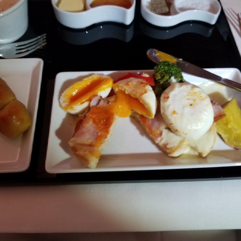 ANA ビジネスクラス スタッガード ANAマイル 深夜便 洋食 朝食 機内食 エッグベネディクト