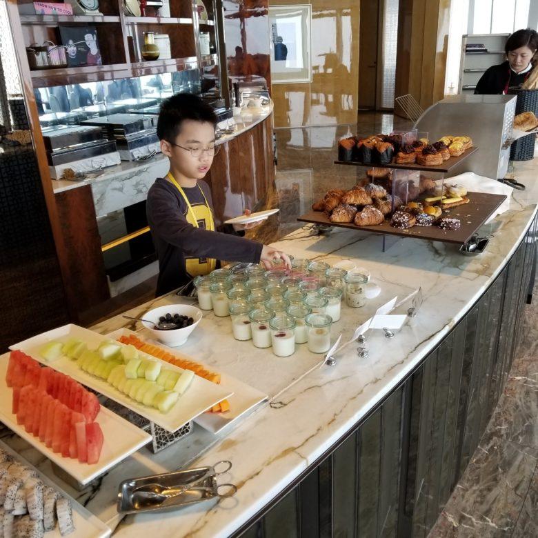 リッツカールトン香港のクラブラウンジの朝食のフルーツ