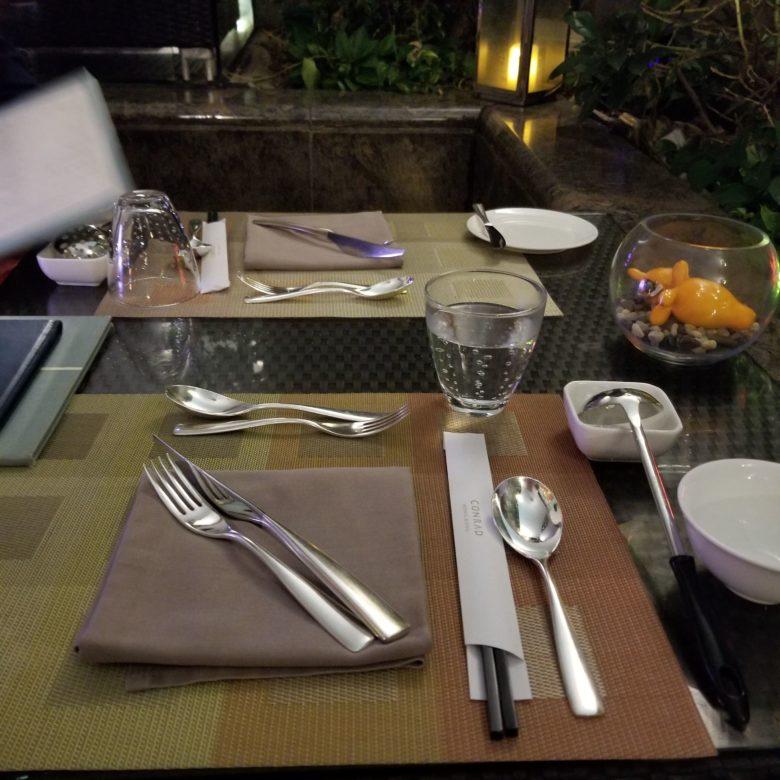 コンラッド香港のガーデンカフェのテラス席