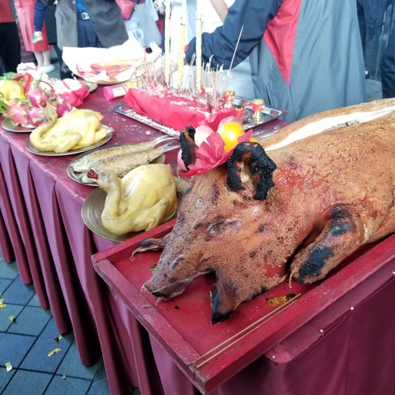 リッツカールトン香港の春節イベントの獅子舞のお供えの豚の丸焼き