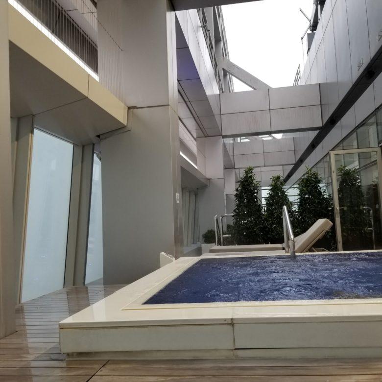 リッツカールトン香港のプールの屋外ジャグジー