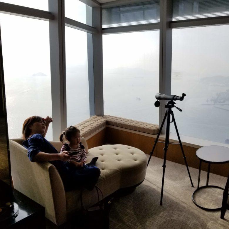 リッツカールトン香港のデラックス・スイートの角の窓