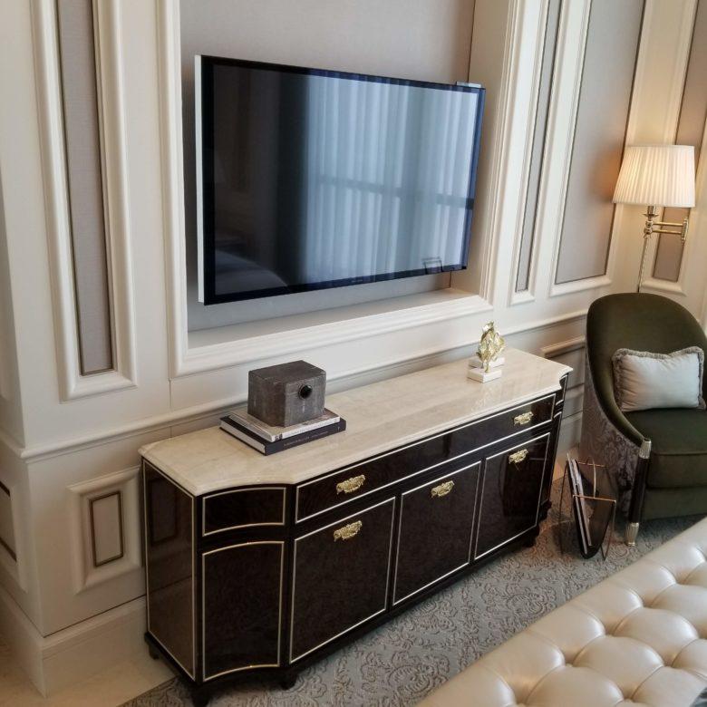セントレジス珠海のスイートルームのベッドルームのテレビ