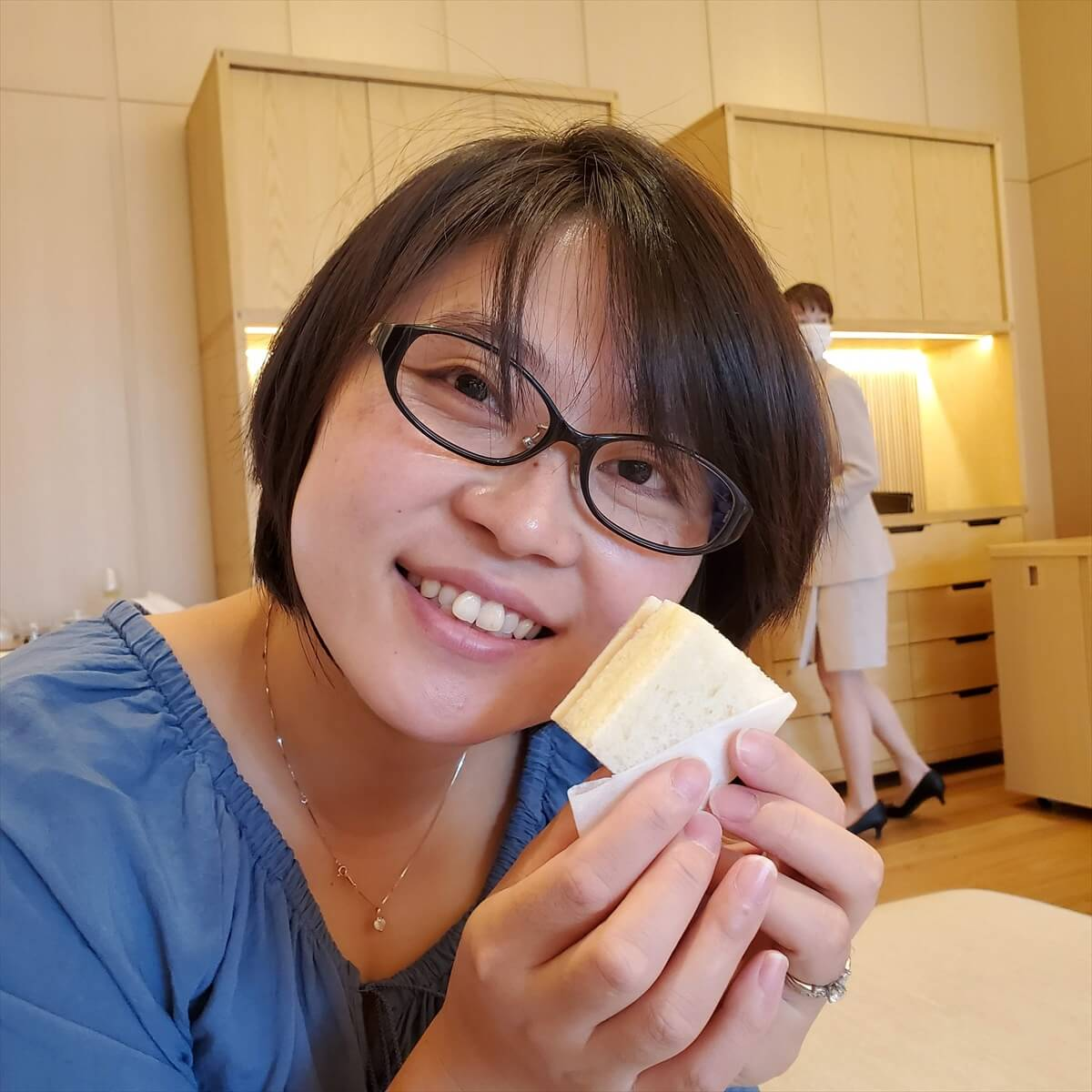 リッツカールトン日光のアフタヌーンティーのサンドウィッチを食べるりっちゃん