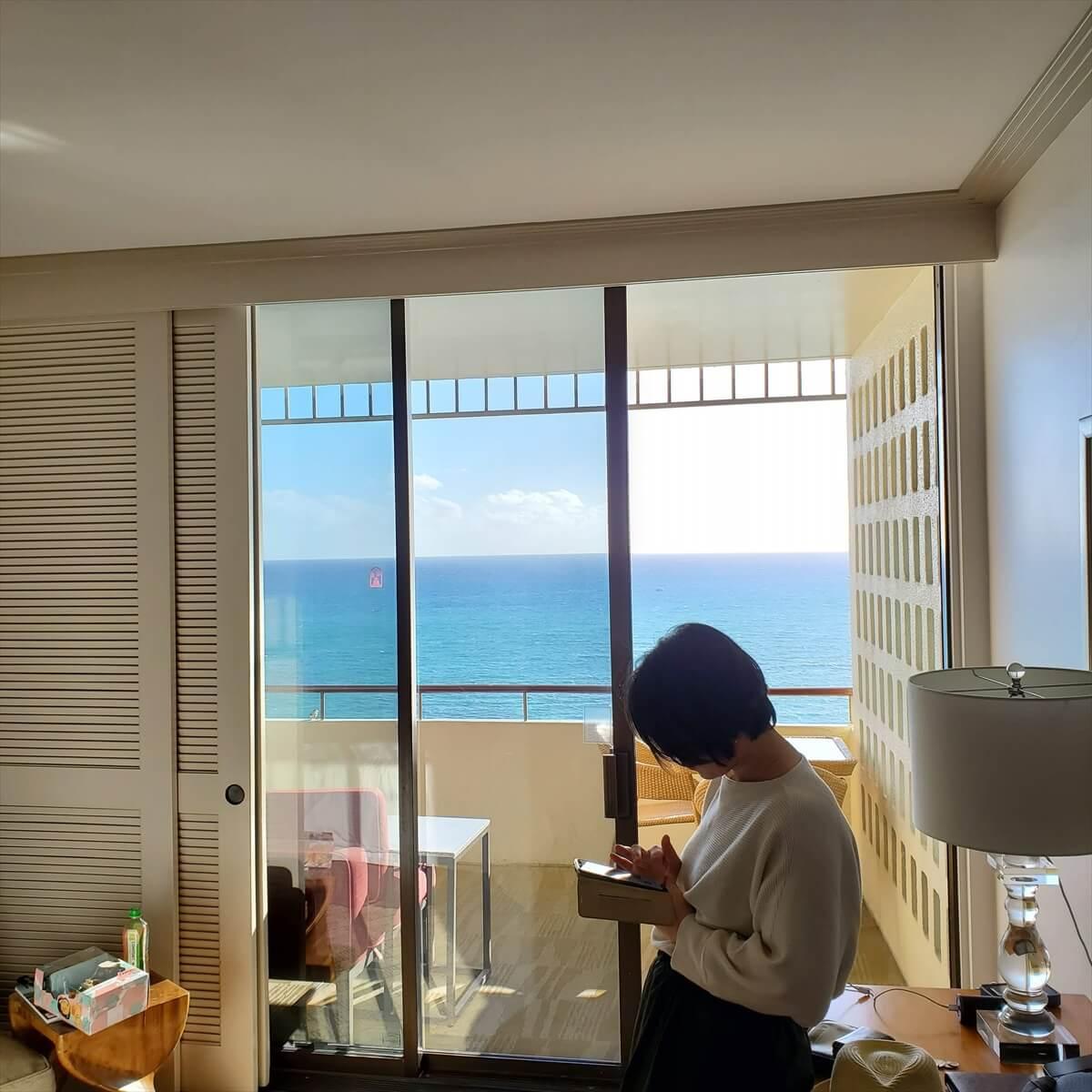 ロイヤルハワイアンホテルのマイラニタワーオーシャンフロントの部屋から海を望む