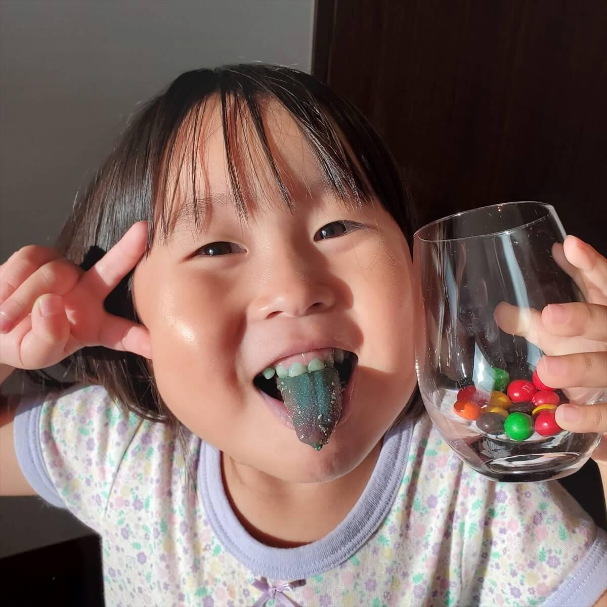 ウェスティンホテル仙台のデラックスルームの冷蔵庫に入っていたM&Msのチョコレートを食べて舌が真っ青になった娘