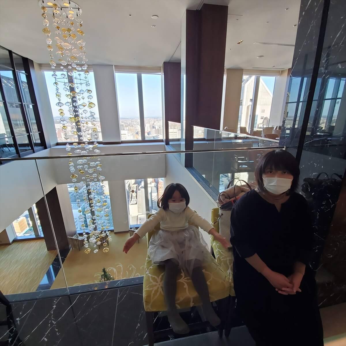 ウェスティンホテル仙台のレセプションフロアの吹き抜けで座る娘とりっちゃん