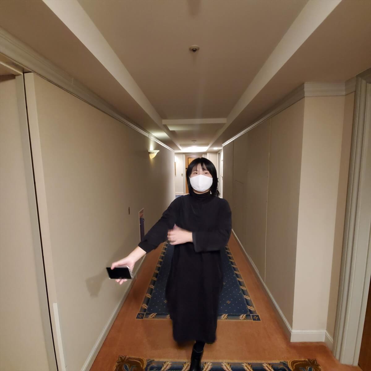 ウェスティンホテル東京の廊下を歩くりっちゃん